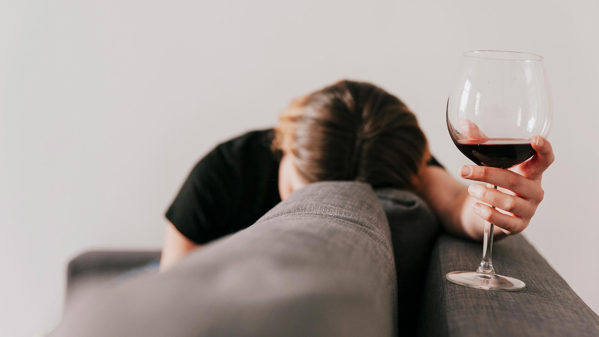 El alcoholismo, o dependencia del alcohol